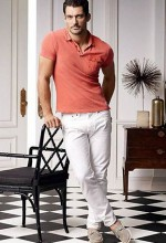 ポロシャツ×白パンツ